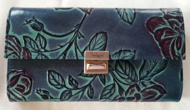 Das klassische Rosen-Design von déqua bei dieser Geldbörse in Blau mit bunter Höhung. Sehr schick.