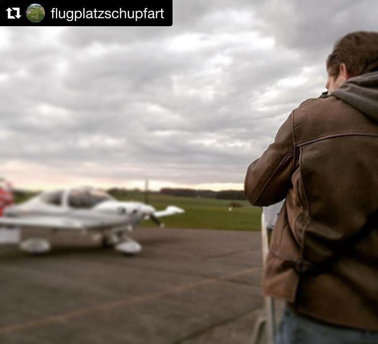 Is there someone sitting on this #aircraft? #Repost @flugplatzschupfart (@get_repost)  Was passiert da mit der #diamond #da40 #hbsdj der #mfgf? #christmas #aviation #pilot #lszi #photography #photoshoot #photoshop