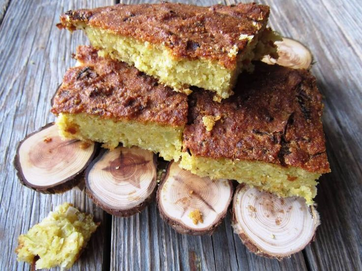 Pırasa aşığı Arnavutların hazırladığı pilaska tam olarak ekmek gibi değil aslında. Daha çok tuzlu bir kek gibi. Hazırlaması çok kolay, hamuru biraz karıştırıp fırına atıyorsunuz. Yoğurmak gerekmiyor…