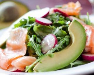 Salade de roquette, avocat et saumon : http://www.fourchette-et-bikini.fr/recettes/recettes-minceur/salade-de-roquette-avocat-et-saumon.html