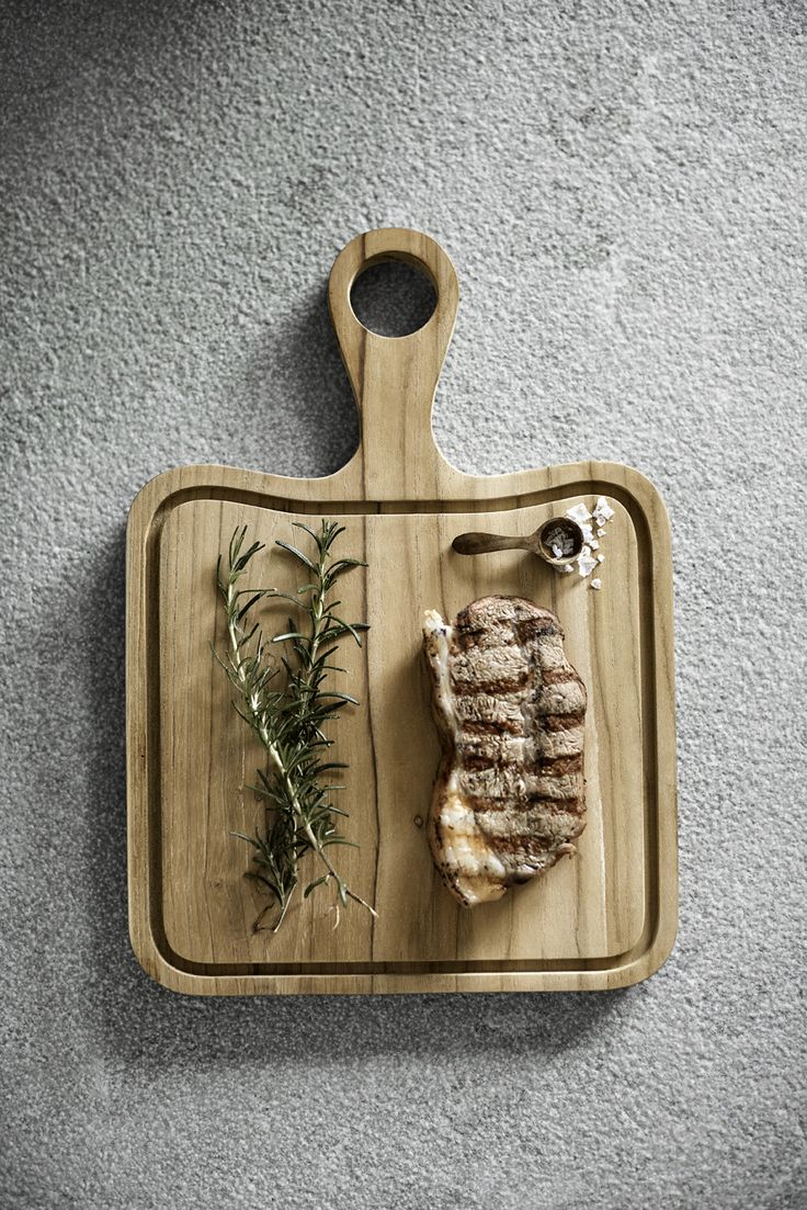 Steak cutting board from Muubs. The teak board have a groove for beef juice.