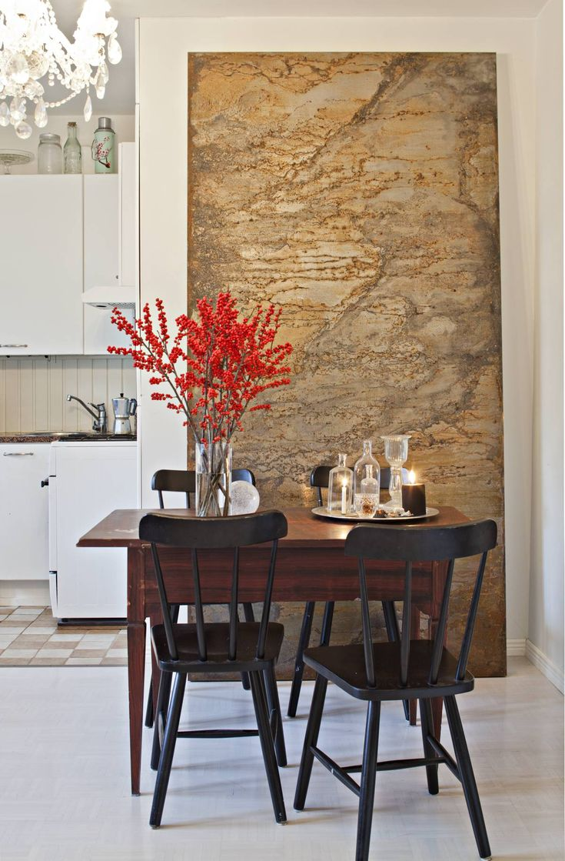 Ruokapöydän Kirsi on saanut isovanhemmiltaan, ja tuolit on ostettu Ikeasta. Ruosteinen levy on yksi osa messuosaston seinää.