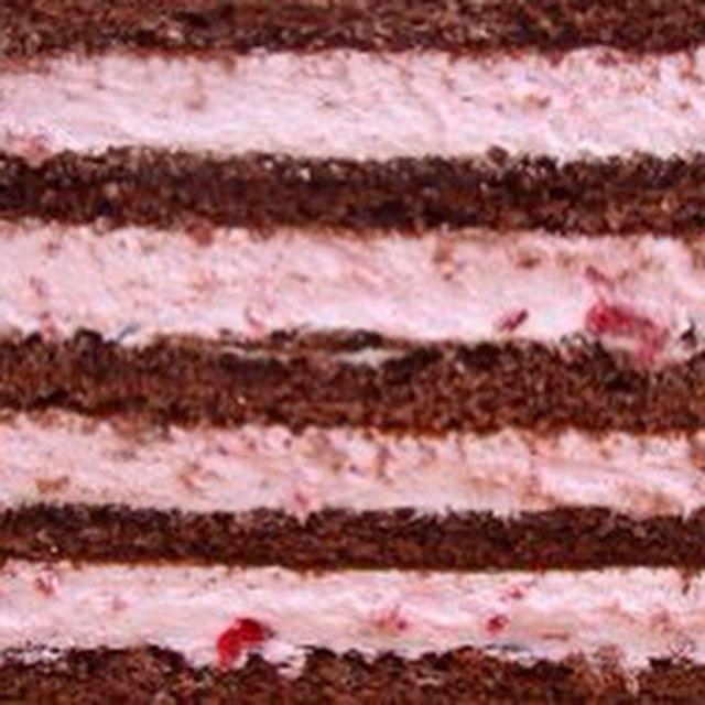 Нежный шоколадный бисквит пропитанный коньячным сиропом, йогурт клубничный со взбитыми сливками. (по желанию можно добавить свежую клубнику.)
