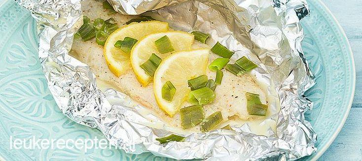 Bekijk de foto van LeukeRecepten met als titel Frisse vis met citroen, mosterd-dille saus en bosui gaar gestoomd in folie op de bbq en andere inspirerende plaatjes op Welke.nl.