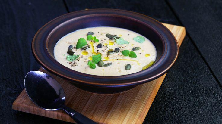 Vad säger du om en jättegod soppa som bara tar tio minuter av din tid i anspråk när det gäller arbete? Om det låter bra måste du prova den här blomkålssoppan.