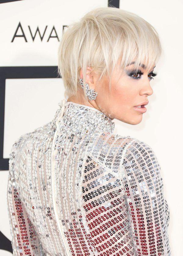 Laulaja Rita Oran platinanvalkea pixie-leikkaus saa särmää metalliluomiväristä ja ear cuff -korviksesta.