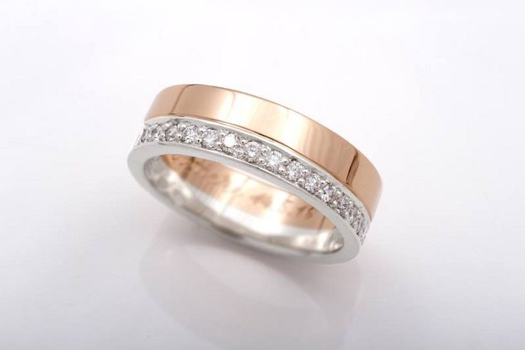 Kelta- ja valkokulta näyttävät hyvältä yhdessä. Sormuksen valkokultaisessa osiossa timanttirivi.