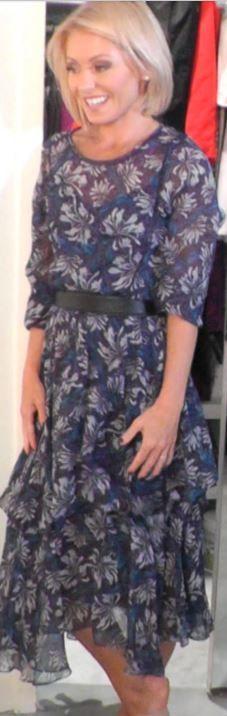 Who made  Kelly Ripa's blue print dress?