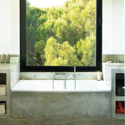 Décoration salle de bain : des salles de bain en béton  Trop longtemps considéré comme matériau froid, le béton a pris une place de plus en plus importante dans la déco de nos intérieurs grâce aux différentes finitions de son aspect. Les salles de bain n'y échappent pas et se parent elles aussi de ce matériau qui redouble de styles pour de multiples ambiances. La preuve en images.