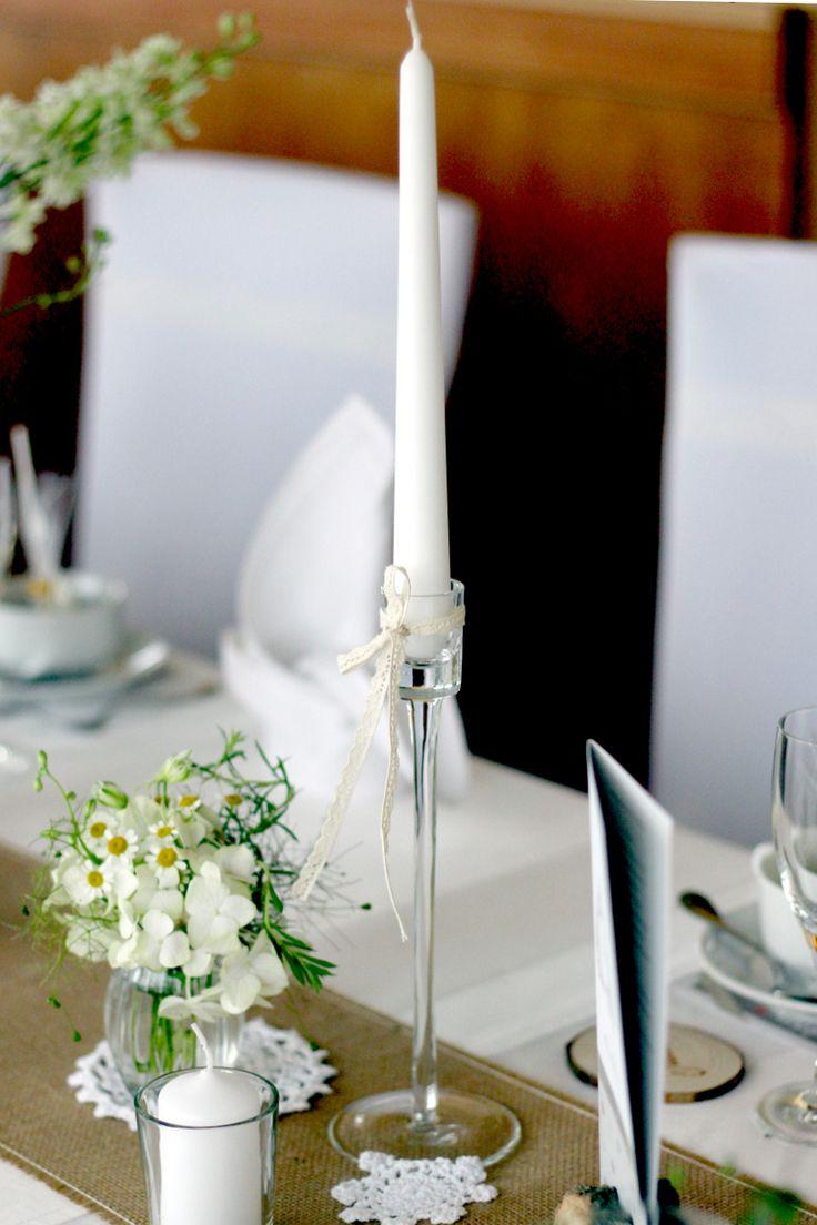 Nicole und Andreas sind gern draußen in der Natur - sei es beim Spazierengehen oder beim gemeinsamen Outdoortraining. Ihre Hochzeitsdekoration holt den Wald auf den Tisch... Hier mt vielen Kerzen, Mini-Blumenstrauß, Spitzendeckchen und Jute-Tischläufer. --- Tischdeko - Hochzeit - grün - weiß - Kerzen - Spitzendeckchen - Jute Designed by www.tischleinschmueckdich.de