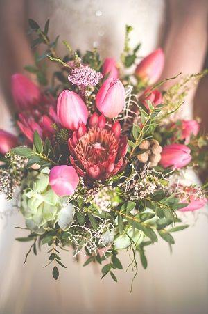 Асимметричный свадебный букет из тюльпанов, суккулентов и цветов протея