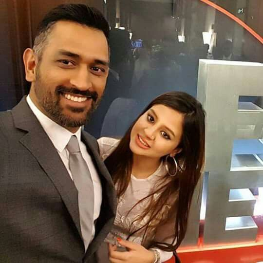 MS Dhoni clicks a Selfie with his Wife, Sakshi.