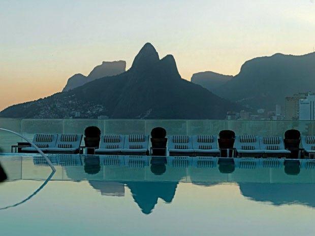 Rio: vista do Morro Dois Irmãos a partir da piscina do hotel Fasano, em Ipanema