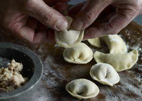 Ravioli und Tortellini selber machen: Tortellini zu Halbmonden formen