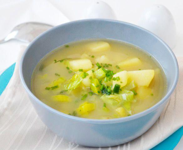 Die Sellerie-Kartoffelsuppe ist sehr schmackhaft und schnell zubereitet. Dieses Rezept stammt aus Südtirol.