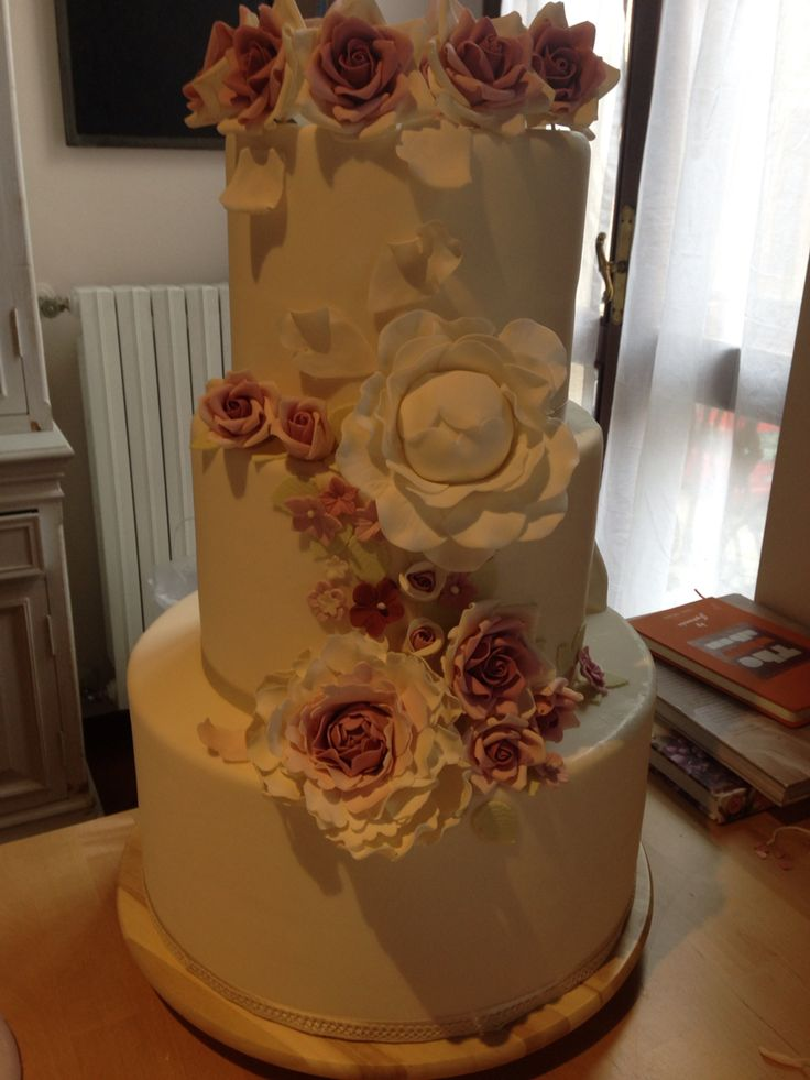 My first cake love Flowers.