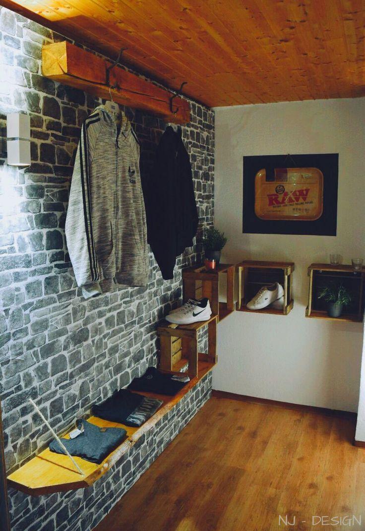 DIY. Moderne Garderobe aus altem Holz und Bierkisten.