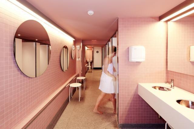 Female bathrooms / baños femeninos Amistat Beach Hostel Barcelona