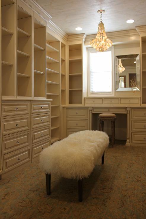 Cabinet blanc et moulures