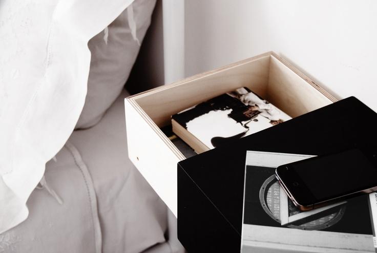 A002 SHELF  32x25x12 cm  Design: Paolo Fontana    La mensola Shelf, disegnata da Paolo Fontana per dESIGNoBJECT.it, ha dimensioni 32x25x12 cm e viene applicata a muro tramite 2 tasselli in dotazione. La parte interna, esattamente della stessa larghezza del contenitore esterno, è provvista di scomparto per riporre oggetti di piccole dimensioni. Utilizzata come comodino, la parte interna più ampia è invece adatta come vano per libri di dimensioni medie.