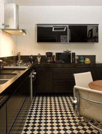 Muito lindo este piso de ladrilho hidráulico quadriculado preto e branco. Nesta cozinha o arquiteto não teve medo de usar o preto nas bancadas e armários e o resultado ficou simplesmente lindo!