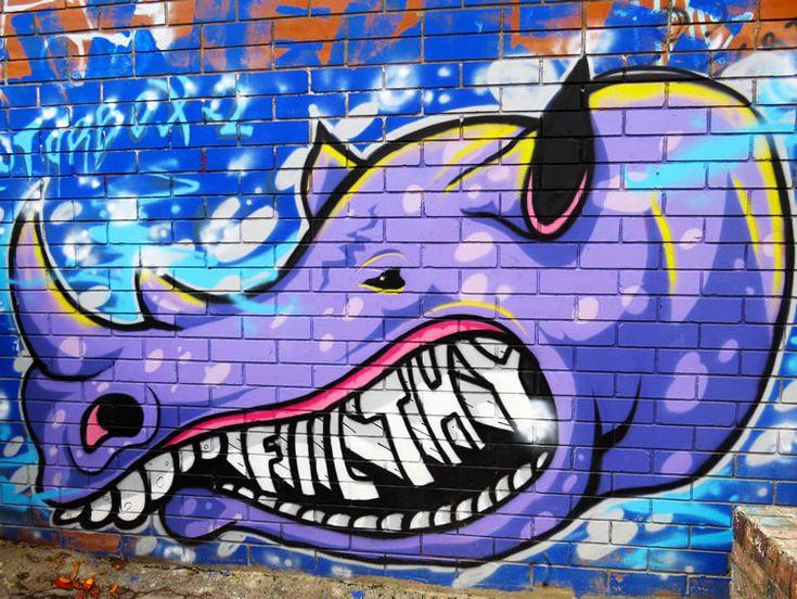 Mural de un rinoceronte morado en una casa cercana al Chorro de Quevedo