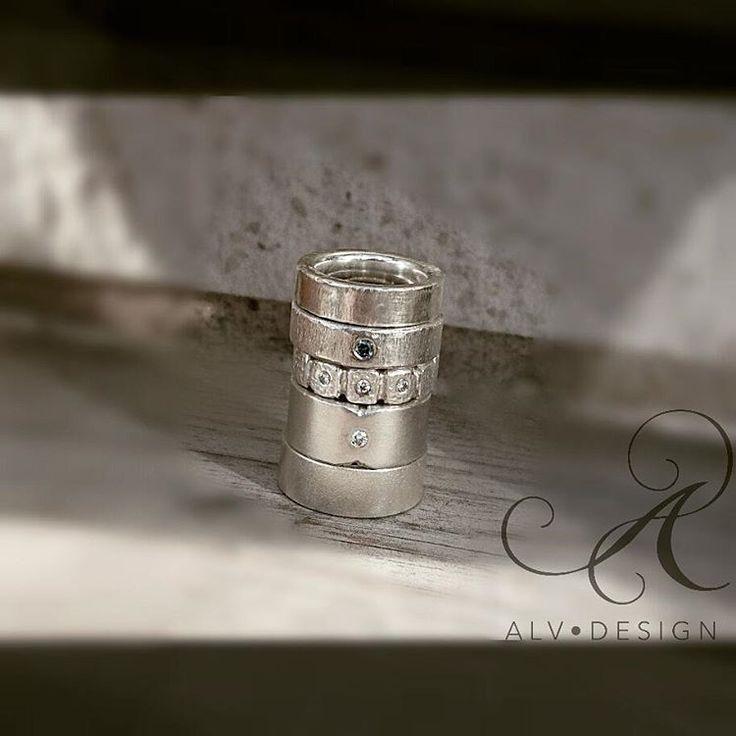 Vackra kreationer i en stapel av silver 💙 Se mer av våra handgjorda silverringar i vår egna webbutik www.alvdesign.se  Välkomna!