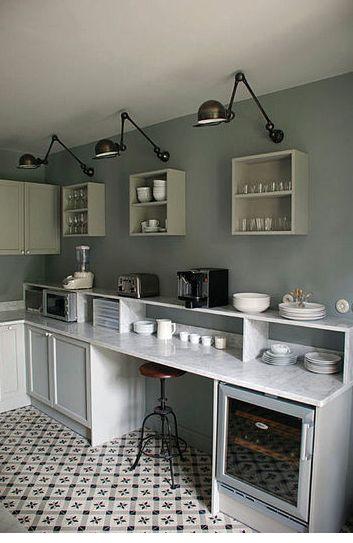 Ikea - murs gris et appliques noires