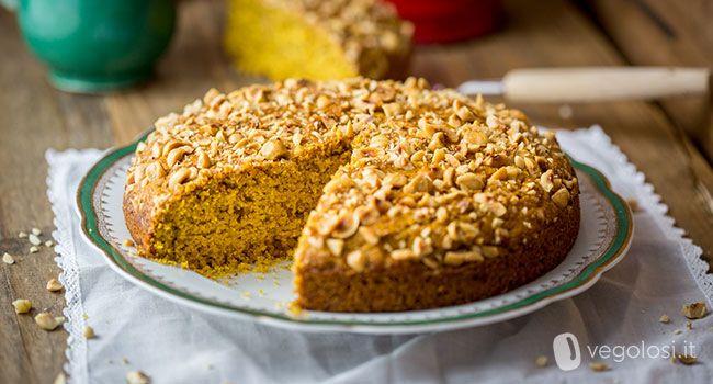 La torta vegan alla zucca senza uova e burro e granella di nocciole è un dolce meravigliosamente morbido e facile da preparare.