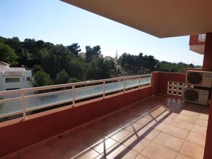 Bargain priced at 98,000 Euros. Costa Blanca Estate offers this bargain corner apartment for sale with air conditioning and pool. Your real estate Costa Blanca Spain selector and specialist can now offer you this very beautiful modern, luxury and contemporary apartment for sale in Altea la Vella. This apartment offers 2 bedrooms, 2 bathrooms, spacious terrace to the south with awesome views. The community offers a communal pool. Built area is approximately 92m2. With air conditioning…
