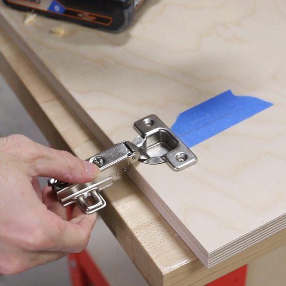 How To Install Cabinet Door Hinges The Easy Way Woodworking In 2020 Holzbearbeitungs Projekte Schrank Bauen Mobelscharniere