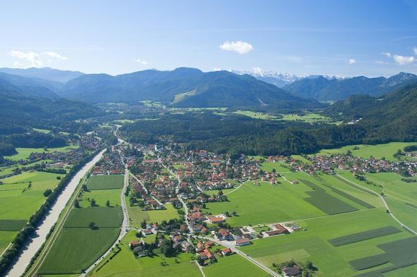 Der Luftkurort Marquartstein liegt zwischen Hochgern und Hochplatte und direkt an der Tiroler Ache, die nur wenige Kilometer weiter nördlich in den Chiemsee mündet. Die Hochplatten-Doppelsesselbahn bringt Sie hinauf zur Staffnalm, ein Startpunkt für Drachenflieger und Almwanderer. Ein Besuch im Märchenpark-Erlebnispark Marquartstein mit Sommerrodelbahn wird zum unvergesslichen Erlebnis. Im Winter laden Langlaufloipen, Schneeschuh- und Winterwanderwege und eine Naturrodelbahn zum Aktiv sein…