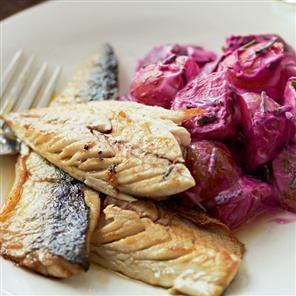 Pan-fried mackerel with potatoes and beetroot