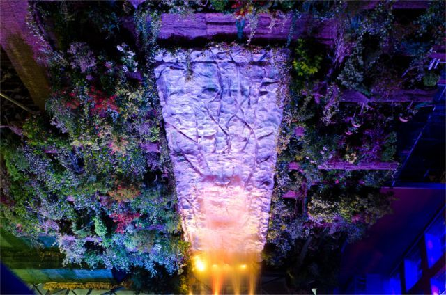 Hotel Santo Domingo Hanging Garden con cascada iluminada;  Foto cortesía de Hotel Santo Domingo
