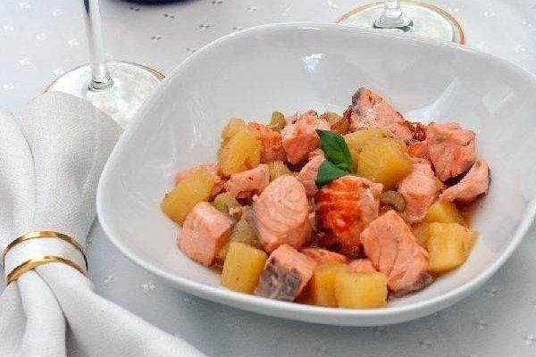 Жареный лосось с ананасами