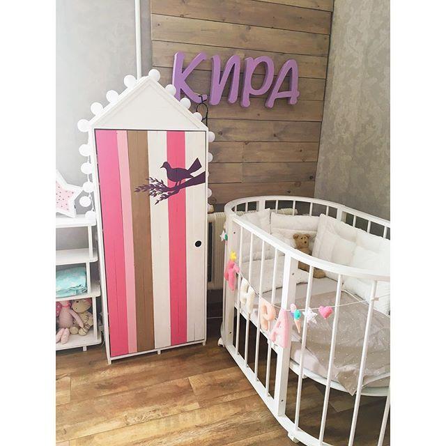А вот и окончательный вариант розового шкафчика- домика для маленькой принцессы и её заек 💗 который сегодня отправится к своей маленькой хозяйке 😍 Как же мило он смотрится в интерьере детской комнаты 🌸 • • Понравился #шкафдомик? Ставьте ♥️, добавляйте в закладки, чтобы не потерять 😉 Хотите заказать? Пишите – обсудим все детали 👌🏽 #домик #домикдляигрушек #издерева #длядетей #интерьер #шкафдомик #детинашевсе #дети #стильныедети #детинашесчастье #шкафыдомики #декор #ручнаяработа…
