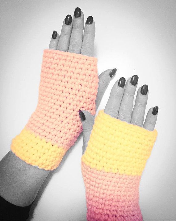 Fingerless #gloves in mild beige and neon yellow. Warm and comfortable ONE OF A KIND #accessory ideal for #bikers or while typing on #smartphone #KIY #knitityourself #cucle #cyclist #bike #OOAK