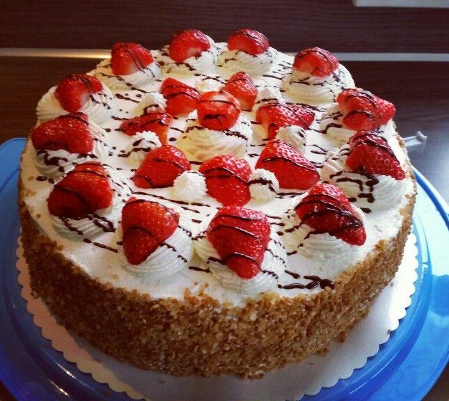 Aardbeien slagroomtaart.  Gevuld met aardbeien bavarois en verse aarbeien.