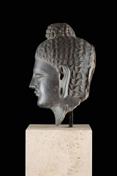 Lot : MONUMENTALER BUDDHAKOPF - Gandhara, wohl 3./4. Jh. n. Chr. (oder später) -[...] | Dans la vente Beaux Arts et Antiquités à Hargesheimer Kunstauktionen Düsseldorf