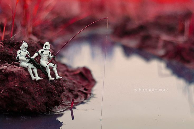 Malaysian photographer Zahir Batin creates miniature scenes with stormtroopers acting out their dramas on planet Earth. After buying his Canon EOS 1000D in 2011, Batin started experimenting with different genres of photography and creative angles. Take a look at these never-before-seen Star Wars scenes featuring troopers and Sith in their many adventures on planet Earth.