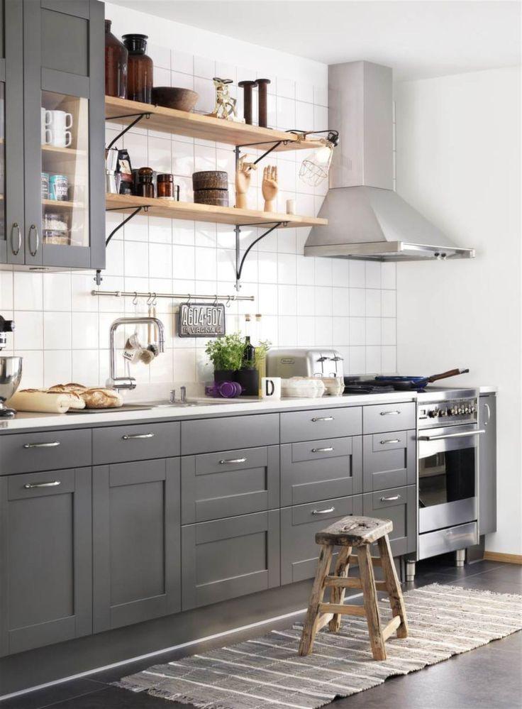 Het lantlig stil. Öppna hyllor tröttnar man inte på och de passar den lantliga stilen. Här är det köket Studio i peppargrått från Ballingslöv som känns hett och modernt.
