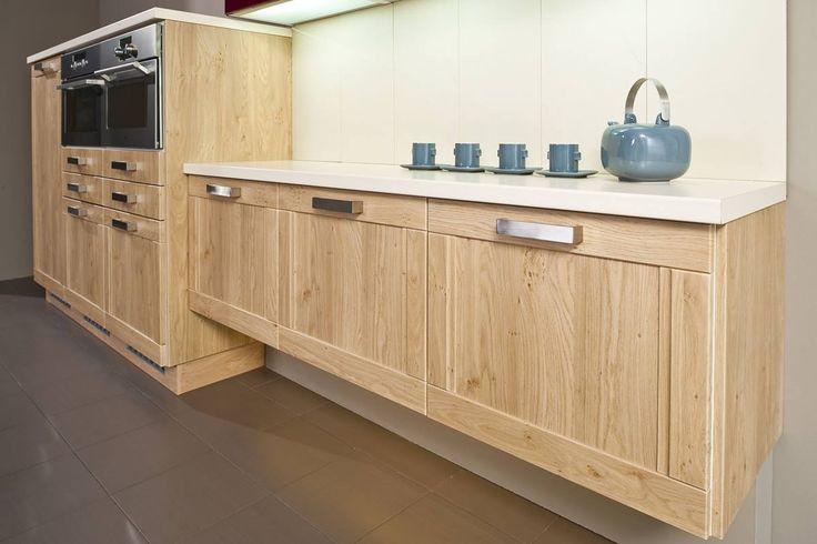 Kuchyně Pavla | SIKO KUCHYNĚ Jemná kuchyně s rámovými dveřmi, kde vodorovné vlysy dveří jsou průběžné po celé ploše a svislé s frézovaným profilem jsou kratší. V působivě sladěných dřevinách dostává kuchyň náležitou eleganci.