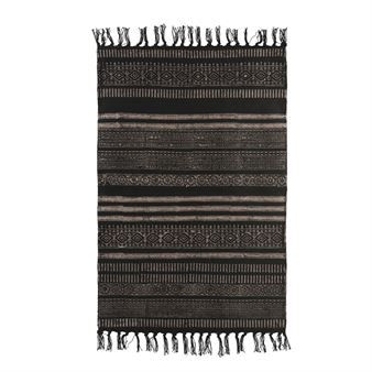 Stack rug from House Doctor is a woven cotton rug with decorative fringes. It has a classic look with beautifully patterned stripes in black and beige and is available in several sizes. The rug creates a warm, homely feeling and is really soft for the feet. Combine it with interior details from House Doctor to get a complete look!