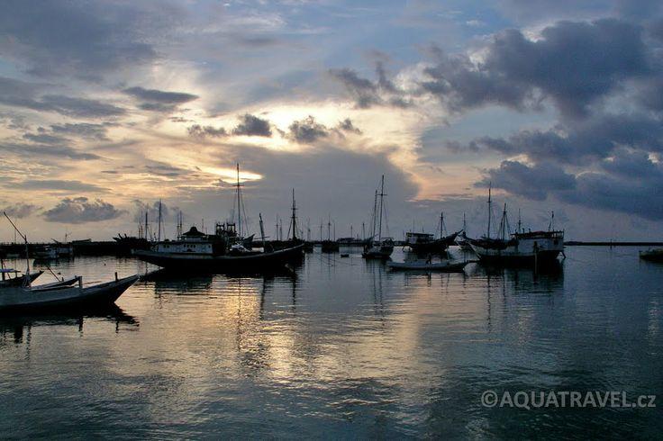 Bira, východ slunce v přístavu. Lodě odsud jezdí na ostrov Selayar a souostroví Takabonerate