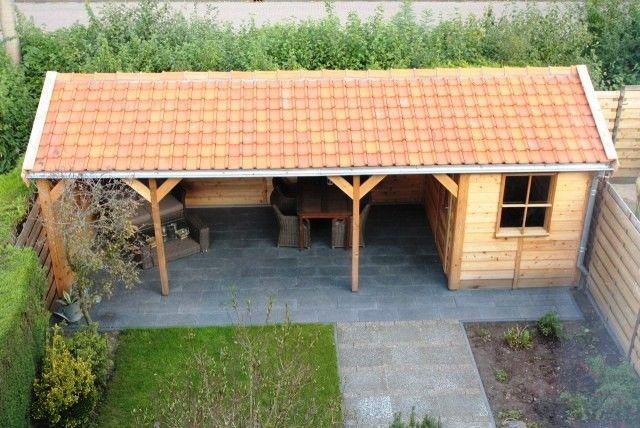 Tuinhuis, berging of schuur met zadeldak, met overkapping, luifel of veranda. Uitgevoerd in duurzaam red cederhout. Op maat voor u geproduceerd.   Prins Tuinhuisjes