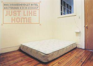 「ハンス・ブリンカー・バジェット・ホテル」のポスター。殺風景な部屋を紹介するコピーは「まるでお家のようなホテル」。「ハンス・ブリンカー」とは、土手の穴に指を突っ込んでアムステルダムを洪水から守ったという、あのハンスの名前。「バジェット」とは「ご予算」のこと