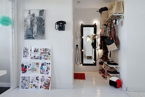 Zdjęcie: skandynawski przedpokój  z lustrem i półkami