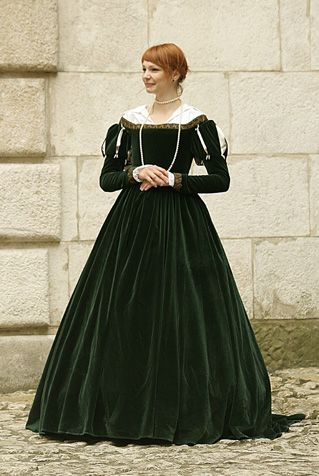 common in the middle of 16th century. Dress made of green velvet has low arms.