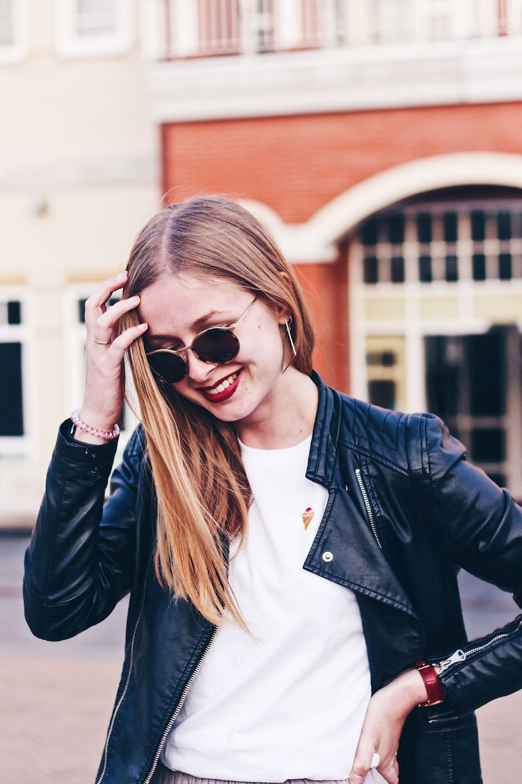 Wearing white sneakers, white t-shirt ,leather jacket and sunglasses // fashion blogger from Amsterdam, style, look, fashion, inspiration,
