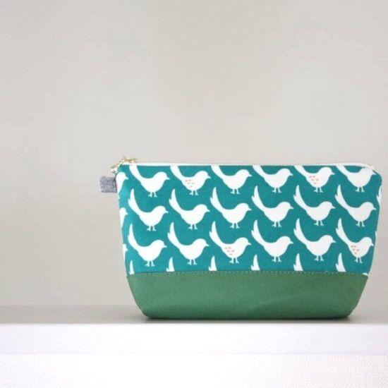 小鳥が並んで行進しているようなデザインのかわいいポーチです。マチがあって、化粧ポーチ、バッグの中の整理などに便利な形です。底の部分は若草色の11号帆布を合わせました。内布は生成りのコットン生地です。●カラー:グリーン●サイズ:縦12.5cm、横22cm、マチ5cm●素材:表布、裏布ともに綿●注意事項:形を保つ為に接着芯を使用していますので、お洗濯はお避け下さい。●作家名:カタバミおしゃれ かわいい /丁度良いサイズ/可愛い/おしゃれ/北欧/スマホ/携帯/大人かわいい/布雑貨/大人可愛い/布小物/ギフト/化粧ポーチ/小物/サニタリーポーチ/小物ケース/収納/メイクポーチ/手作り/プレゼント/手芸【配送】ゆうパック(保証・追跡サービスあり)レターパック(保証なし・追跡サービスあり)定形外郵便物…